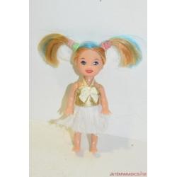 Kicsi baba fehér ruhában