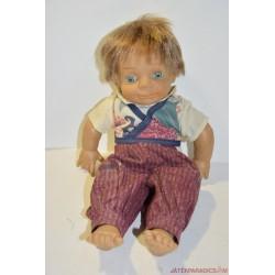 Kék szemű kisfiú karakter baba