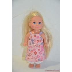 Kicsi baba rózsaszín ruhában