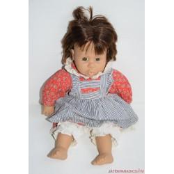 Csodálkozó kislány karakter baba