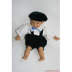 Nyelvnyújtós kisfiú karakter baba