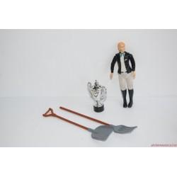 Díjugrató lovasnő szerszámokkal és kupával