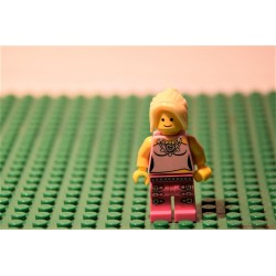 LEGO szőke copfos nő minifigura